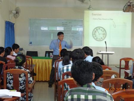 """សិក្ខាសាលា""""គារគ្រប់គ្រងពេលប្រកបដោយប្រសិទ្ធិភាព-Effective Time Management"""" ដែលធ្វើបទ បង្ហាញដោយលោក William Yap (ពីប្រទេសម៉ាឡេស៊ី) ជួនបុគ្គលិកសិក្សានិងនិស្សិតនៅសាកលវិទ្យាល័យធនធានមនុស្ស (Human Resource University, Cambodia)"""